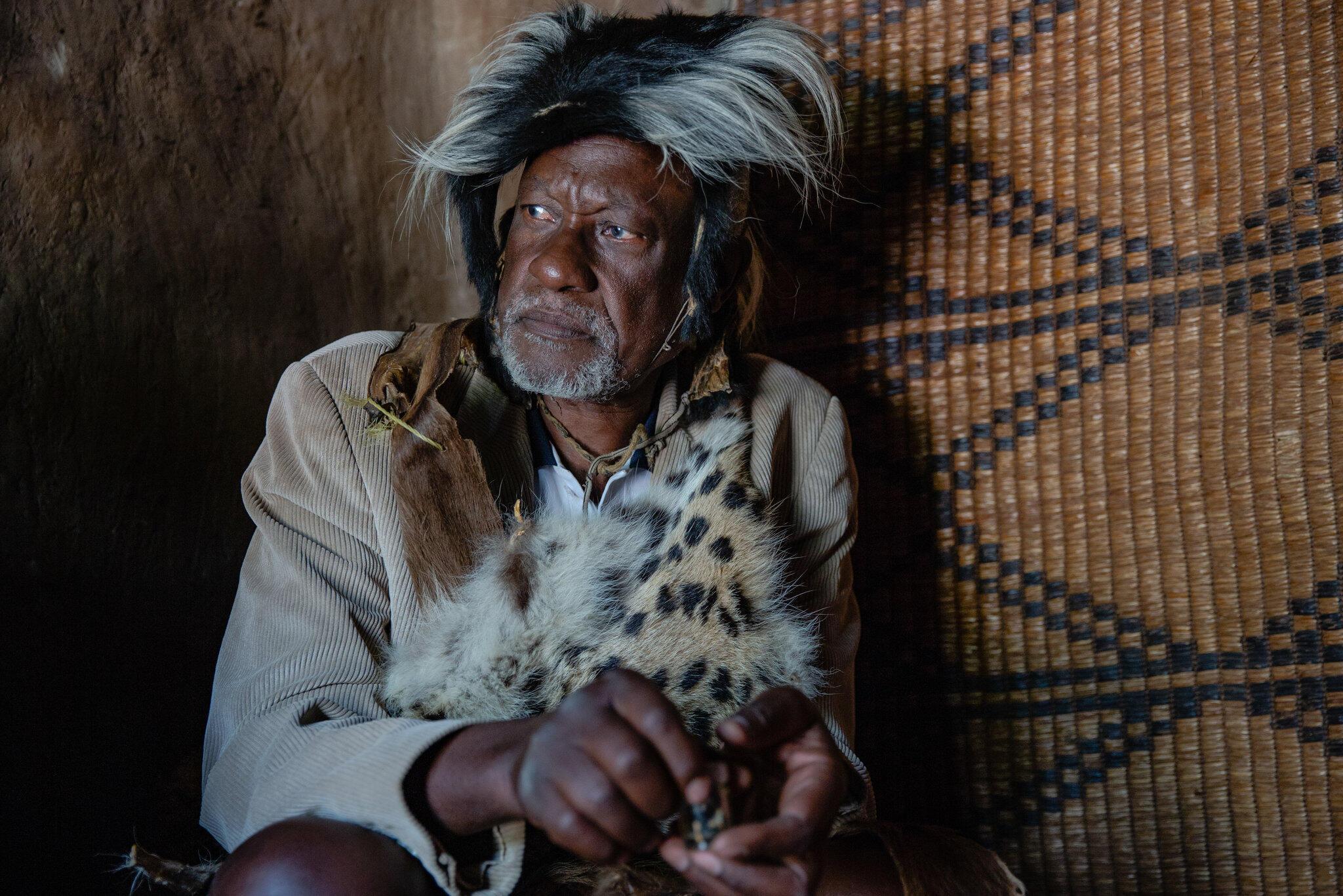 Wani mai maganin gargajiya a kasar Uganda. (An yi amfani da wannan hoto domin karin bayani ne kawai).