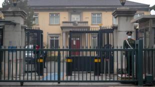 Công an Trung Quốc đứng gác bên ngoài sứ quán Anh Quốc tại Bắc Kinh, Trung Quốc, ngày 26/03/2021.