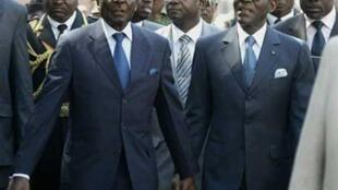 O presidente da Guiné Equatorial Teodoro Obiang Nguema (d) com o seu homólogo zimbabueano Robert Mugabe (esq) aquando da sua visita de Estado de quatro dias ao Zimbabwe.