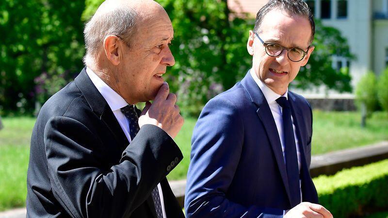 ژان ایو لودریان (سمت چپ)، وزیر امور خارجۀ فرانسه، و همتای آلمانی او، هایکو ماس.
