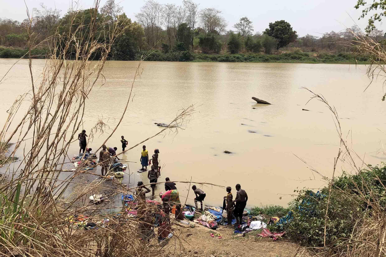 Wanawake wakifua nguo katika mto wa Ouham, Machi 8 huko Bossangoa.