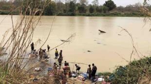 Des femmes font leur lessive dans la rivière troublée de l'Ouham, le 8 mars, à Bossangoa.