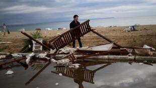 Chuva de granizo e tornados matam seis turistas e um pescador na Grécia.