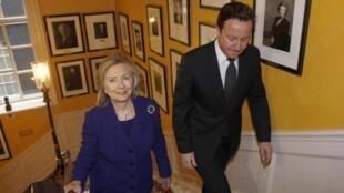 """A secretária de Estado norte-americana, Hillary Clinton, é recebido pelo primeiro-ministro, David Cameron, antes da reunião do """"Grupo de contato"""" em Londres."""