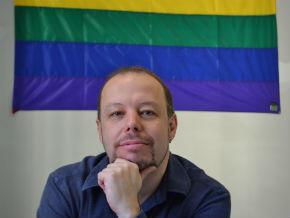 """Militante LGBT, Julian Ribeiro lamenta o """"tsunami conservador"""" nas legislativas deste ano."""