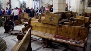 A Tanta le carrelage maculé de sang et des bancs de bois recouverts de débris témoignent du drame qui a frappé la communauté chrétienne.