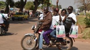 Les candidats profitent des derniers jours pour convaincre. Ici, des partisans d'Augustin Agou, à Bangui, le 25 décembre 2015.