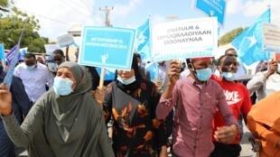 Wafuasi wa wagombea wa upinzani wanaandamana katika mji wa Mogadishu Februari 19, 2021.