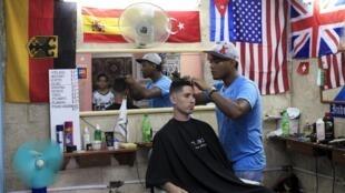 Un hombre se hace cortar el pelo en una peluquería de La Habana.