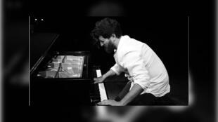 Rami Khalifé jouant sur un piano.