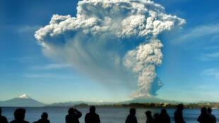 Los habitantes de Puerto Varas observan la erupción del volcán Calbuco.