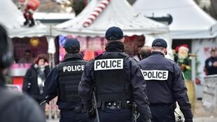 Policiais patrulham a avenida Champs-Elysées, onde será realizado a queima de fogos do Réveillon de Paris.
