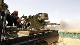 Helicópteros franceses vão participar das operações na Líbia.