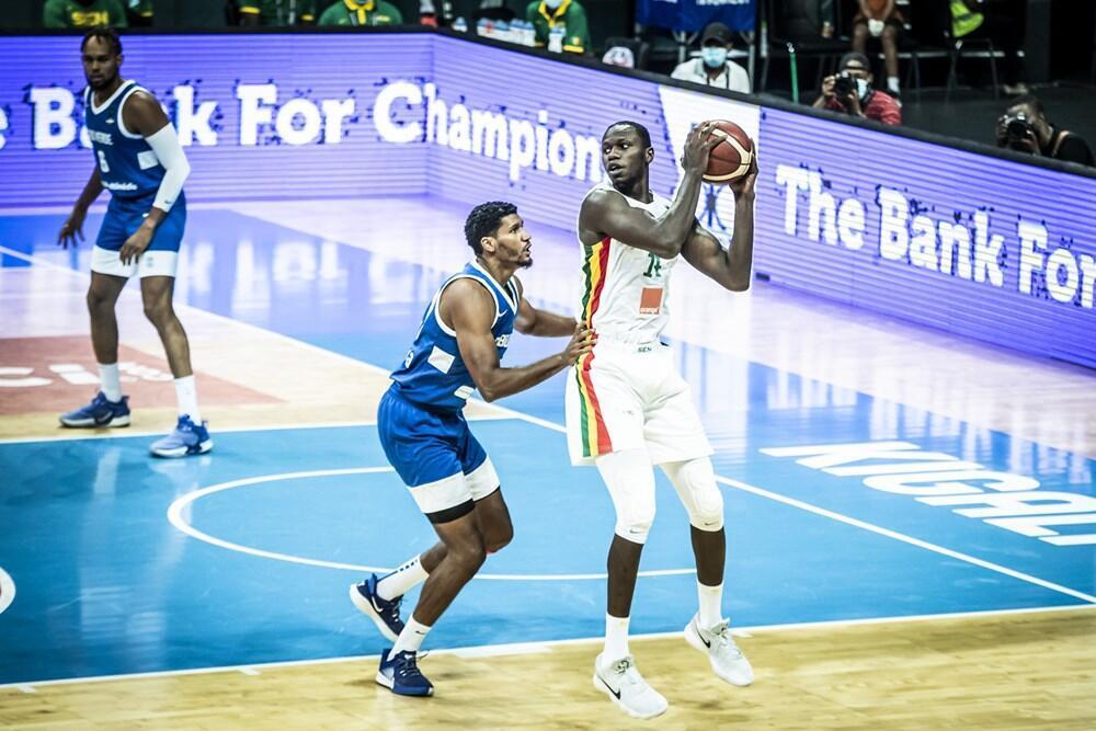 Le pivot sénégalais Gorgui Sy Dieng, ballon en mains, face au Cap-Vert, durant l'Afrobasket 2021.