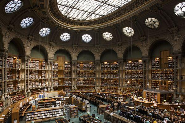Овальный зал в здании Ришелье Национальной библиотеки Франции