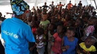 Momento musical num espaço de apoio à criança da Unicef no Dundo