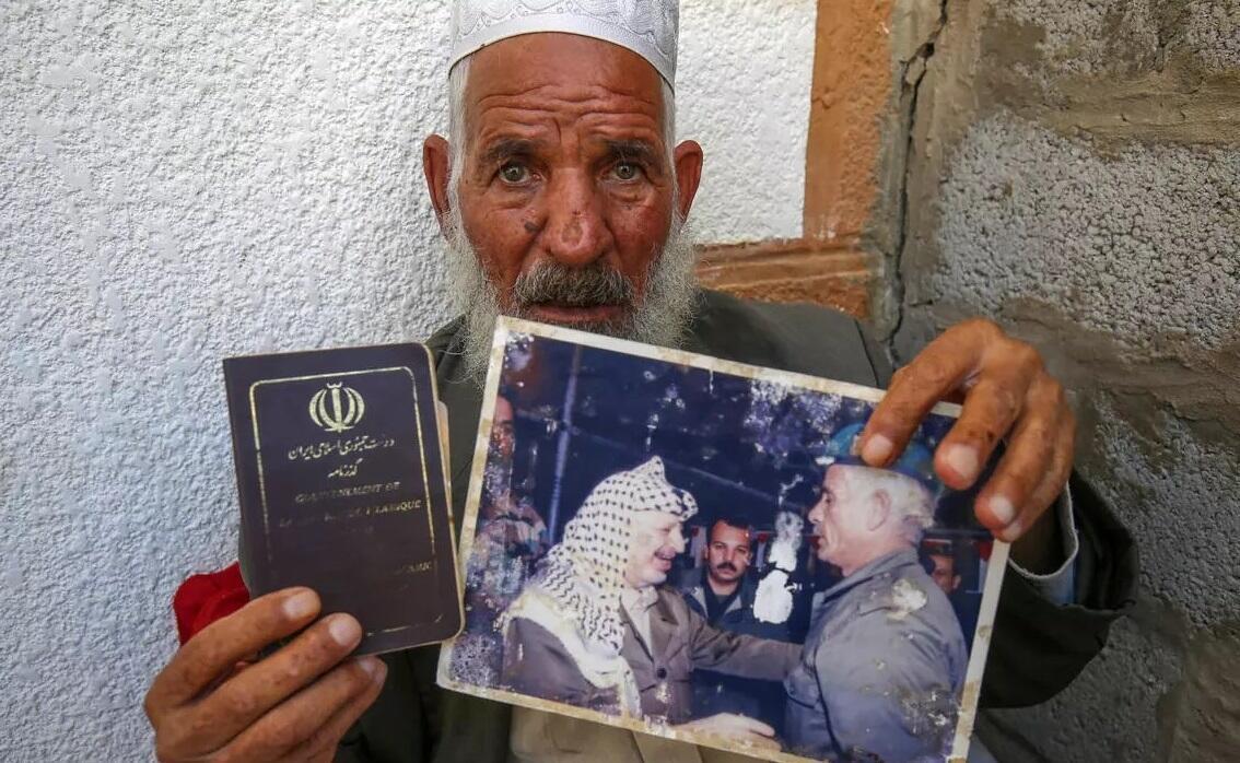 قاسم شیاسی، معروف به ابوهاشم، که زمانی از محافظین یاسر عرفات بوده است پاسپورت های ایرانی و فلسطینی خود را به گزارشگران خبرگزاری فرانسه نشان میدهد