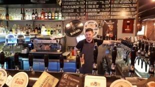 Roman propose une trentaine de bières mais grimace quand on lui parle de vodka.