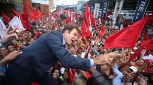 洪都拉斯总统选举反对党候选人纳斯拉拉(相片示威人群第一排)率领支持者在选举高等法院外面示威抗议选举舞弊   2017年11月27日特古西加尔巴