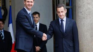 Le président syrien Bachar el-Assad accueilli par le président français Nicolas Sarkozy au palais de l'Elysée, le 12 juillet 2008.