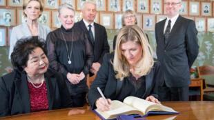 La directrice de l'Ican signe le texte de protocole du Nobel à côté de la survivante d'Hiroshima, Setsuko Thurlow, à Oslo, le 9 décembre.