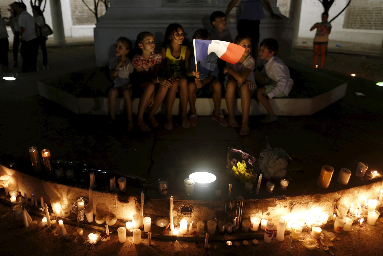 Des enfants se recueillent durant une cérémonie en hommage aux victimes des attentats à Paris, ici à Panama, le 14 novembre 2015.
