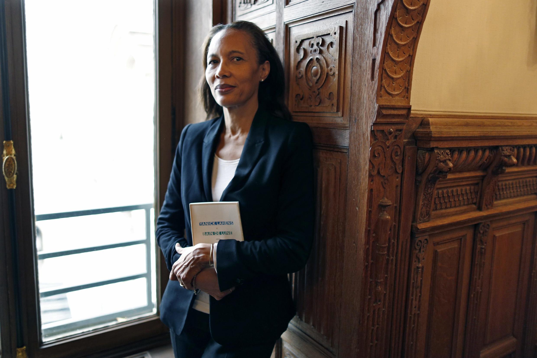 La romancière haïtienne, Yanick Lahens, pose avec l'œuvre qui lui a valu le prix Femina 2014, «Bain de lune», le 3 novembre à Paris.