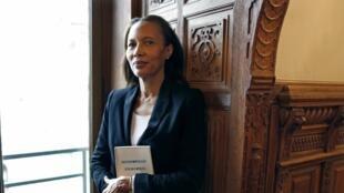 La romancière haïtienne, Yanick Lahens, pose avec l'œuvre qui lui a valu le Prix Femina 2014, «Bain de lune», le 3 novembre 2014 à Paris.