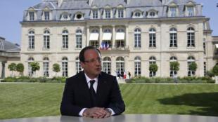 François Hollande s'exprimait des jardins de l'Elysée, une entorse à l'une de ses promesses de campagne électorale.