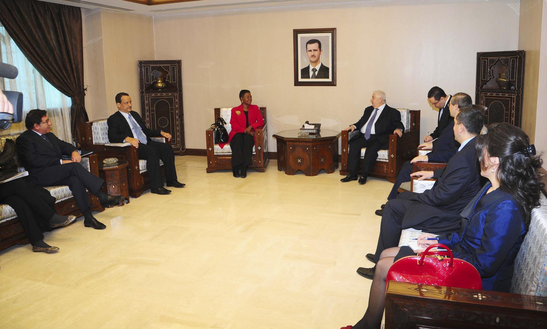 O ministro das Relações Exteriores sírio, Walid al-Moualem (centro), recebe a representante da ONU Valerie Amos, em Damasco.