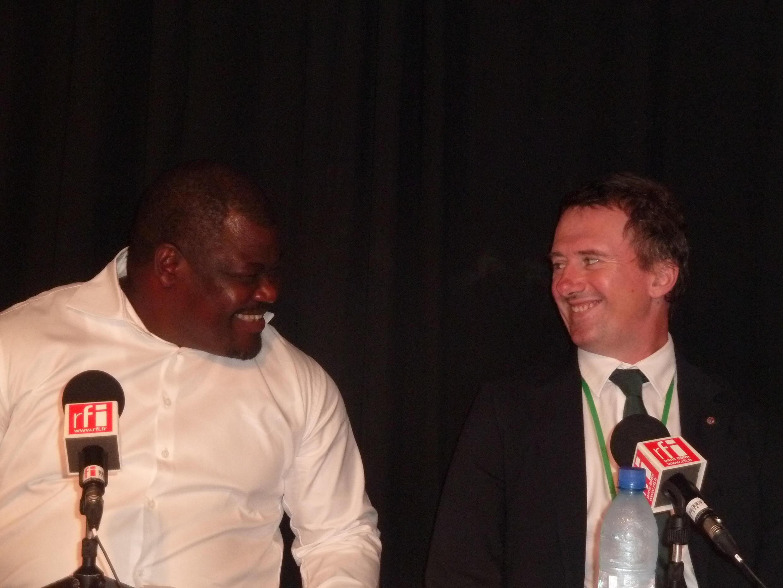 Lee White (D), nouveau ministre gabonais de la Forêt et le conservateur-chercheur Joseph Okouyi (G).