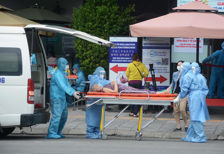 Chuyển bệnh nhân Covid-19 tới bệnh viện Gia Đinh, vào lúc dịch bệnh lan mạnh tại TP Đà Nẵng, miền Trung Việt Nam. Ảnh chụp ngày 04/08/2020.