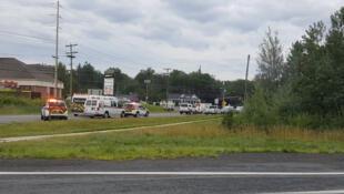 تصویری از اتومبیلهای امدادگران که به محل تیراندازی در فردریکتون اعزام شدند
