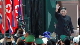 Lãnh đạo Bắc Triều Tiên Kim Jong Un chào đám đông ở Đồng Đăng trước khi lên tàu trở về Bình Nhưỡng. Ảnh ngày 02/03/2019.