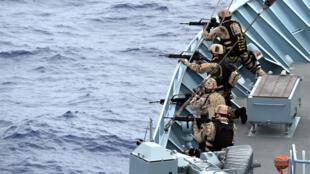 Soldado do navio alemão Werra, que integra a operação naval europeia no Mediterrâneo.