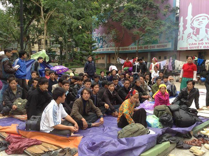 Người H'Mông ở nhiều tỉnh phía Bắc về Hà Nội để tố cáo bị đàn áp với chính quyền trung ương, cuối tháng 10/2013. Ảnh : Facebooker Trần Thị Cảm Thanh.
