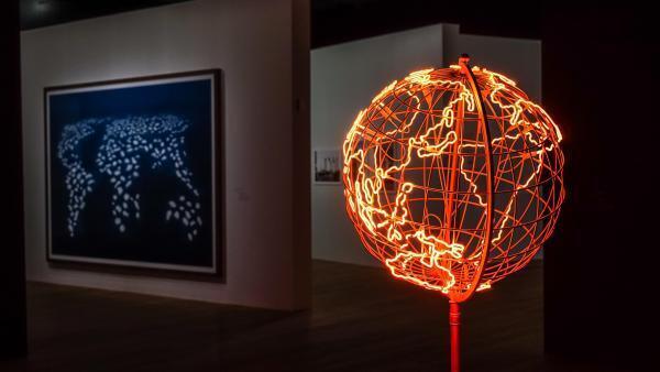Vue de l'exposition «Voyage, voyages» avec l'œuvre de l'artiste Mona Hatoum «Hot Spot» en premier plan.
