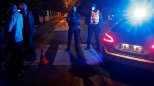 Des policiers sécurisent la zone proche des lieux de l'attaque à Conflans-Sainte-Honorine, le 16 octobre 2020.