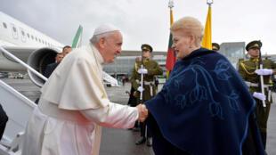 Le pape François salue la présidente lituanienne Dalia Grybauskaite à son arrivée à Vilnius.