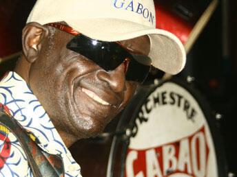 Le musicien gabonais Mackjoss, révélé en 1960, dans le groupe Sorcier noir.