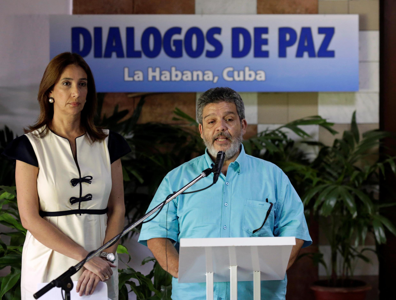 Marcos Carratalá  das FARC  lê o comunicado ao lado da porta-voz do Governa  da Colômbia, Marcela Durán, 22 de Junho 2016.  La Habana.