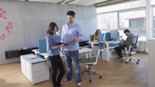 En France, les bureaux individuels résistent encore avec un tiers des actifs qui y travaillent alors qu'en Angleterre, 3 salariés sur 4 travaillent dans un open space.