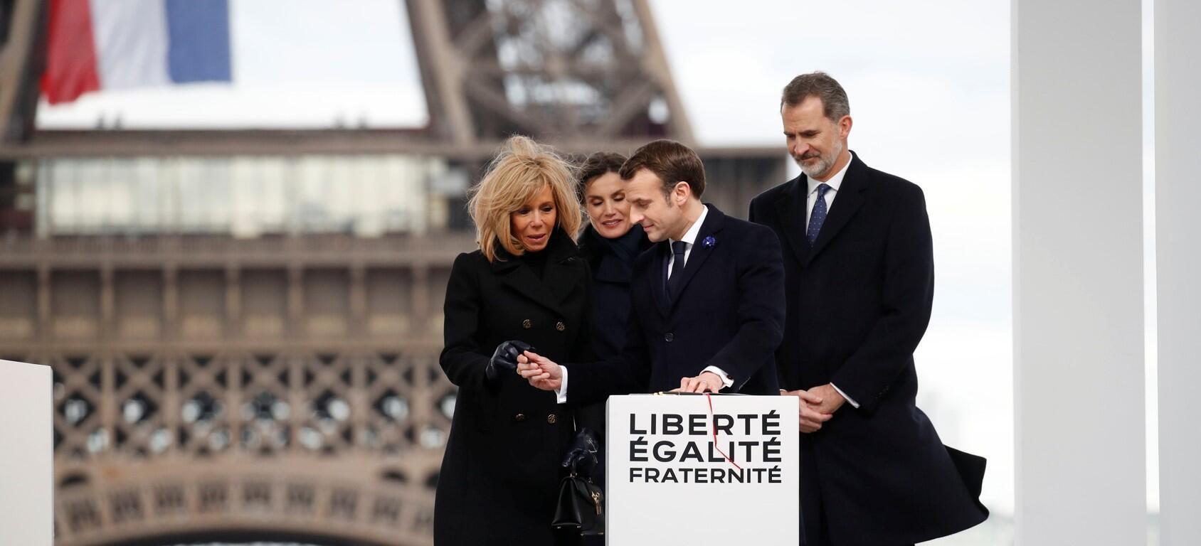 Da direita para a esquerda, o rei da Espanha, Felipe VI, o presidente francês, Emmanuel Macron, a rainha Letizia e a primeira-dama francesa, Brigitte Macron, durante a cerimônia diante da Torre Eiffel.
