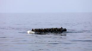 Un canot pneumatique chargé de migrants secourus par des gardes-côtes libyens en Méditerranée, le 15 janvier 2018.