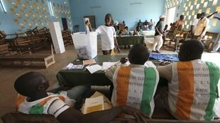 Mesa de voto, a 28 de novembro de 2010