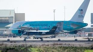Airbus A380-841 da companhia aérea portuguesa Hi Fly, que repatriou 250 estrangeiros de nacionalidades diferentes de Wuhan, aterrisa em Istres, no sul de Marselha, em 2 de janeiro de 2020.
