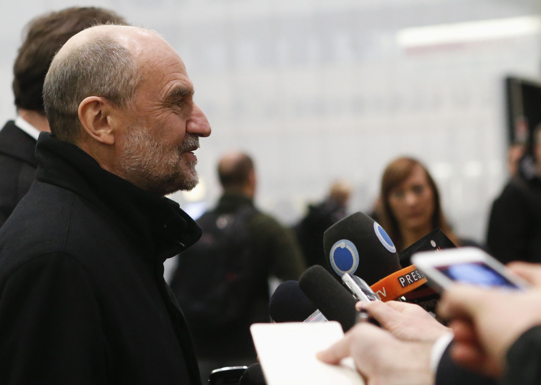 Глава делегации МАГАТЭ Херман Накаэртс в венском аэропорту перед журналистами