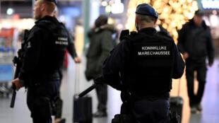 Pays Bas - aéroport - Schipol - policier
