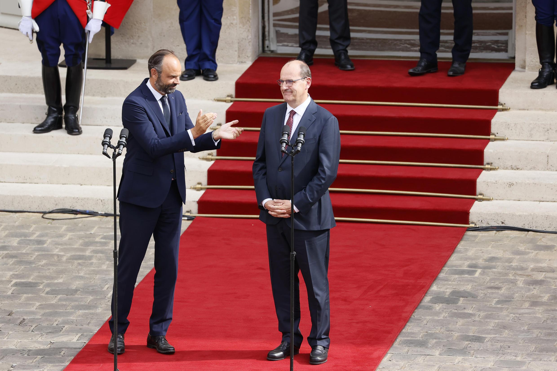法国前总理(左)和新总理卡斯泰在权力交接仪式上,2020年7月3日