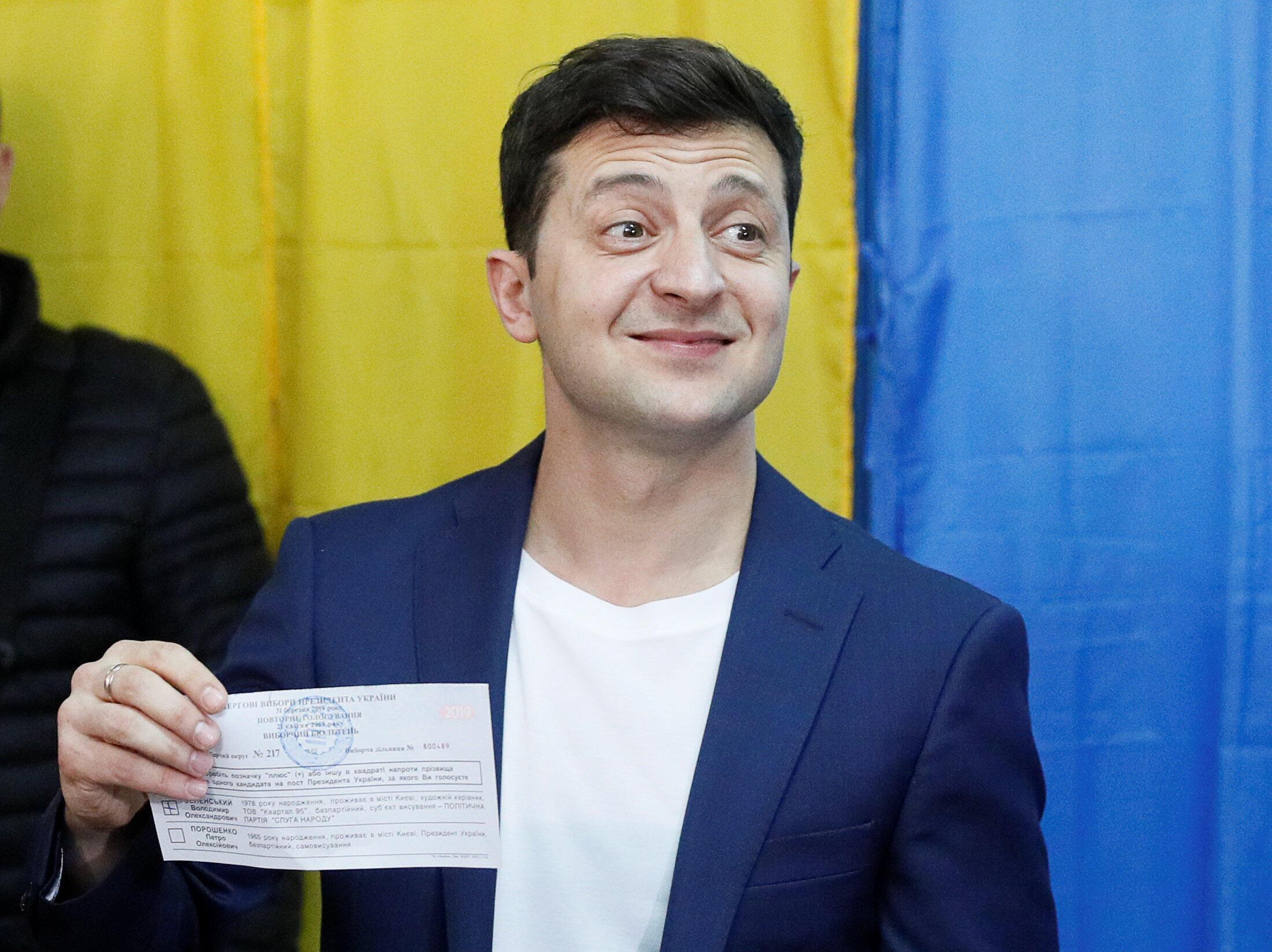 Владимир Зеленский показал журналистам свой бюллетень 21 апреля 2019
